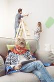 使用片剂和家庭修改的超级英雄 图库摄影