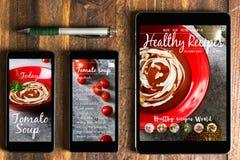使用片剂和智能手机健康食谱在屏幕上blog 网o 免版税库存照片