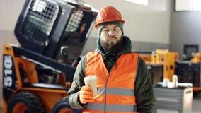 使用片剂和读书电子邮件的企业家小企业主在industiral铁匠商店 emploee喝coffe 股票录像