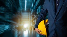 使用片剂检查和控制的商人经理为工作者 免版税库存照片