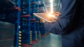 使用片剂检查和控制的商人经理为工作者 免版税库存图片