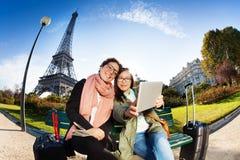 使用片剂的两个朋友采取selfie在巴黎 库存图片