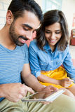 使用片剂的夫妇 免版税库存照片