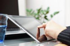 使用片剂的女实业家在办公室 免版税库存照片
