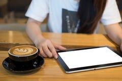 使用片剂的妇女在咖啡店 库存照片