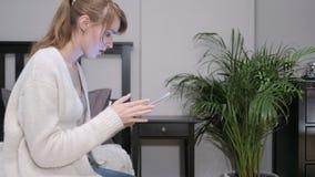 使用片剂的妇女在起反应对损失的床 免版税图库摄影
