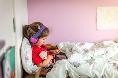 使用片剂的小女孩 免版税库存图片