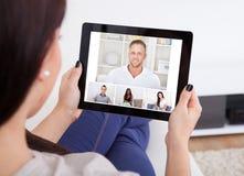 使用片剂的少妇为videochatting 免版税库存图片