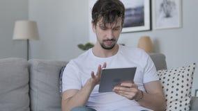 使用片剂的年轻人,当在家时放松 股票视频