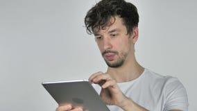 使用片剂的年轻偶然人浏览互联网的 股票录像