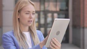 使用片剂的年轻女实业家室外 股票录像