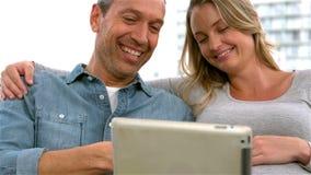 使用片剂的微笑的未来父母 股票录像