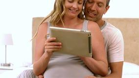 使用片剂的愉快的未来父母 股票视频