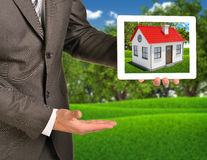 使用片剂的房地产经纪商提供的房子 免版税库存照片