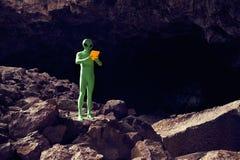使用片剂的探险家外籍人在剧烈的风景 免版税库存图片