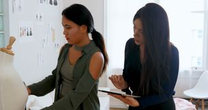 使用片剂的时装设计师,当测量裁缝模型4k时 股票录像