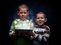 使用片剂的男孩 免版税库存图片