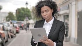 使用片剂的非洲女实业家,站立室外在小径 股票视频