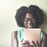 使用片剂的非洲种族女孩 免版税库存照片