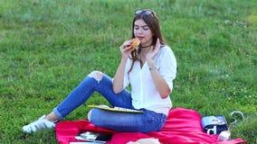 使用片剂的年轻女性吃炸薯条速食 股票录像