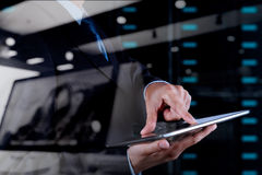 使用片剂计算机和服务器室的商人手 免版税图库摄影