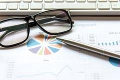 使用片剂计算机的企业队与财务数据一起使用 谈论的伙伴报告成长图表  库存图片