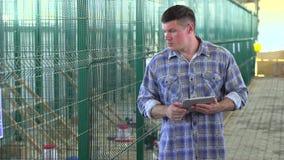 使用片剂计算机的农夫人,检查质量在禽畜养鸡场,火鸡农场,种田,禽畜生产 股票录像