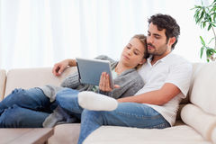 使用片剂计算机的可爱的夫妇 免版税图库摄影