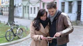 使用片剂计算机的夫妇在城市 影视素材