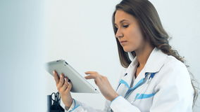 使用片剂计算机的女性医生在医疗办公室 影视素材
