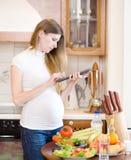 使用片剂计算机的孕妇 免版税图库摄影