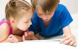 使用片剂计算机的孩子 免版税库存图片