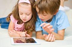 使用片剂计算机的孩子 库存图片
