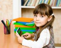 使用片剂计算机的小女孩 查看照相机 免版税库存图片