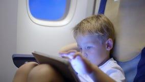 使用片剂计算机的小男孩在飞行期间 股票视频