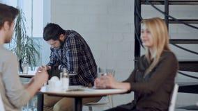 使用片剂计算机的担心的年轻人在咖啡馆,单独坐 股票录像