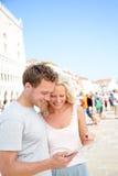 使用片剂计算机的旅行的夫妇在威尼斯 免版税库存照片
