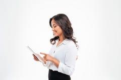 使用片剂计算机的美丽的亚裔女实业家 免版税库存照片