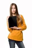 使用片剂计算机的青少年的女孩。 免版税库存图片