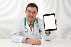 使用片剂计算机的医生 免版税库存照片