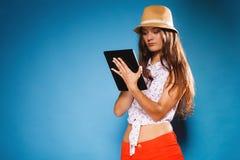 使用片剂计算机e书读者的女孩 免版税图库摄影