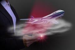 使用片剂飞机起飞,高科技航空的概念 免版税库存照片