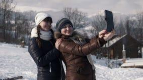 使用片剂,女朋友做在山的selfie 影视素材