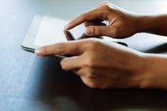 使用片剂,接触在t的选择聚焦手指的特写镜头手 免版税库存图片