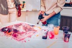 使用特别设备的艺术家陈列惊人的绘的技术 免版税图库摄影