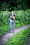 使用狗的女孩户外 图库摄影