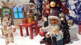 使用玩偶的圣诞节创造性的装饰 免版税库存图片