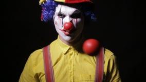 使用玩杂耍的别针的可怕疯狂的变戏法者小丑 可怕的恐怖小丑 股票视频