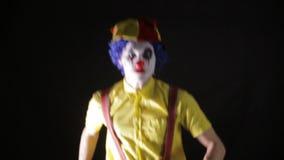 使用玩杂耍的别针的可怕疯狂的变戏法者小丑 可怕的恐怖小丑 股票录像