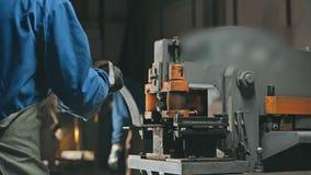 使用现代切口车床的工厂雇员为做在金属工艺细节的孔 影视素材